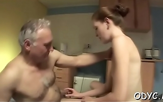 Amateur hottie lets an aged dude penetrate her cuchy